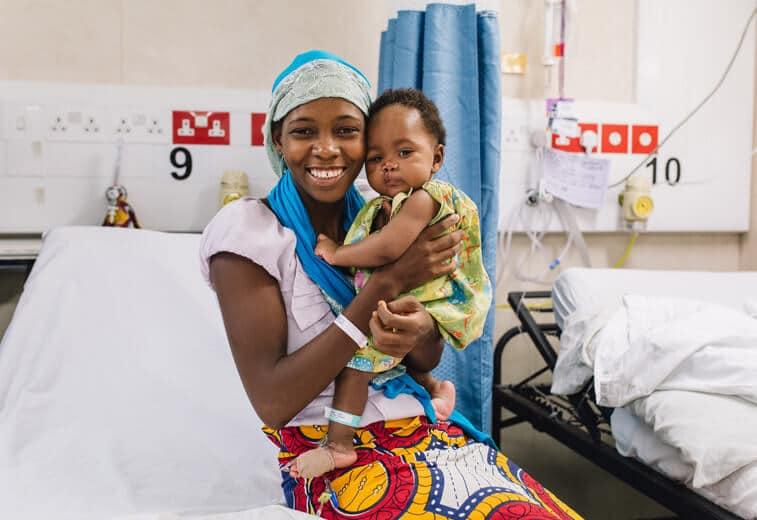 Patientin Aissata mit ihrer Mutter