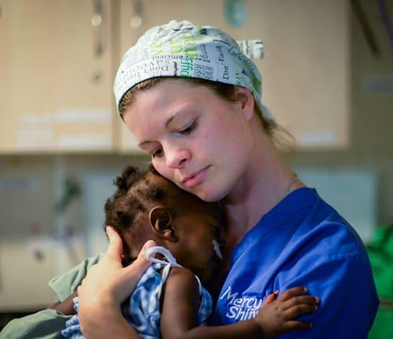Titelbild mit Krankenschwester Annika und Patientin
