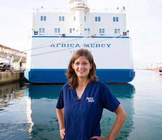 Stefanie Neeb im Einsatz auf der Africa Mercy als Leiterin des Reha-Teams