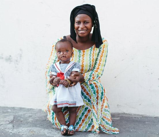 Patientin Mariama mit ihrer Mutter