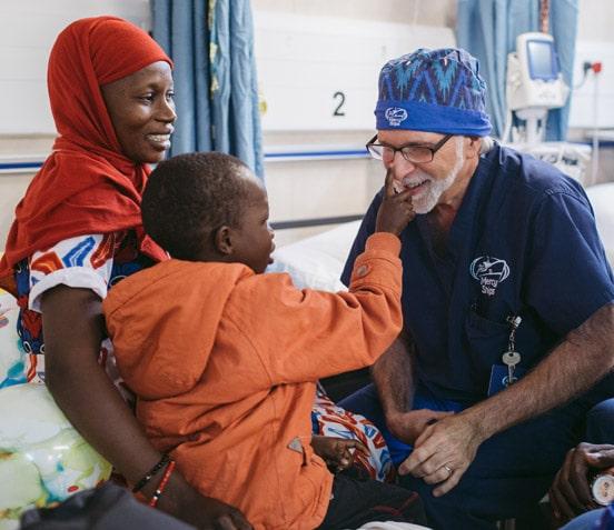 Dr. Glenn Strauss mit Patient auf Krankenstation