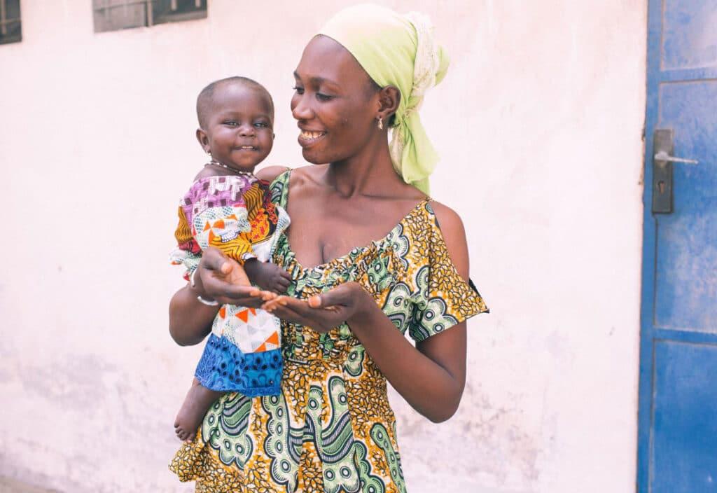 MKG Patientin Fatou auf dem Arm ihrer Mutter