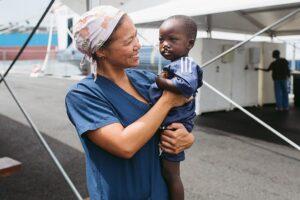 Saliou auf dem Arm einer Krankenschwester