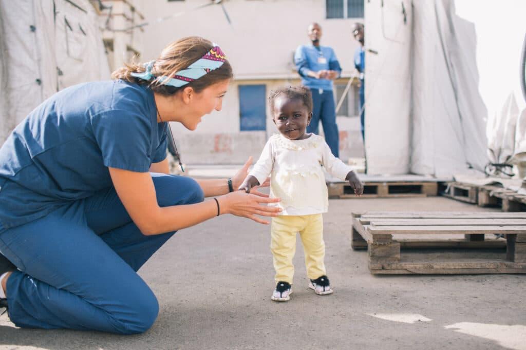 Fatou läuft mit ihrer Therapeutin
