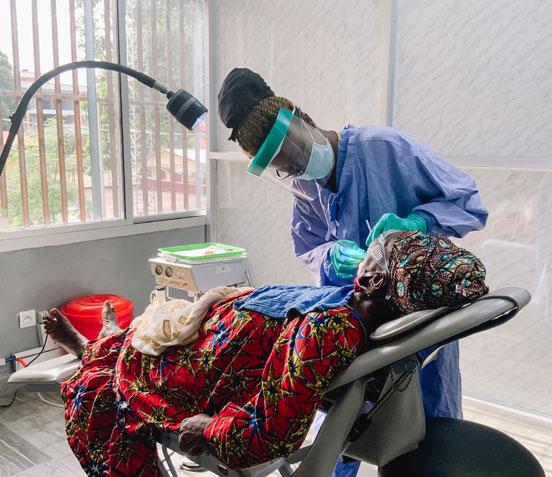 Zahnbehandlung mit Schutzausrüstung