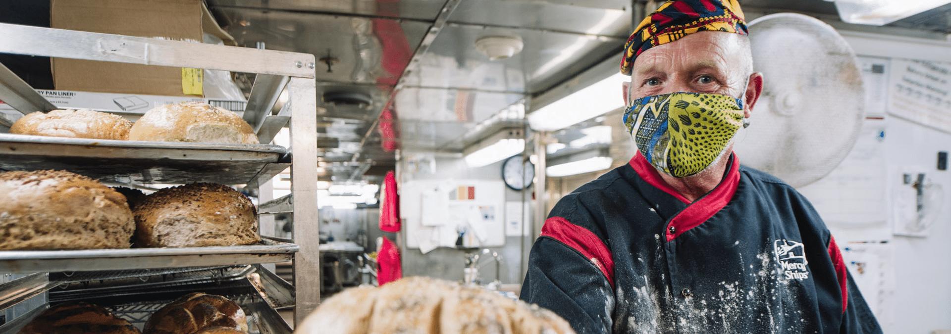 Bäcker Harry Reitsma präsentiert sein Brot