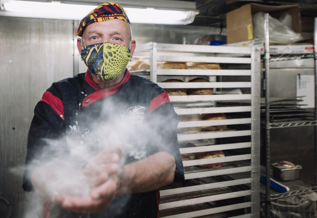 Bäcker Harry Reitsma mehlt sich die Hände