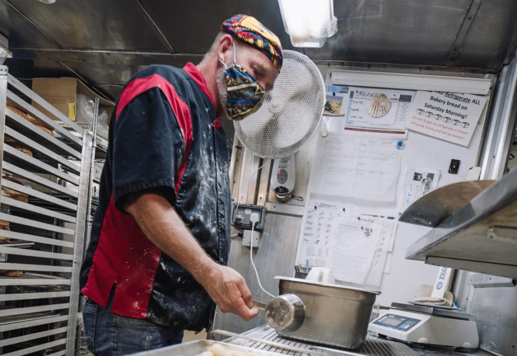 Bäcker Harry Reitsma beim Abwiegen