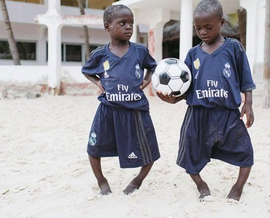 Ousseynou und Assane vor der Operation mit Fußball