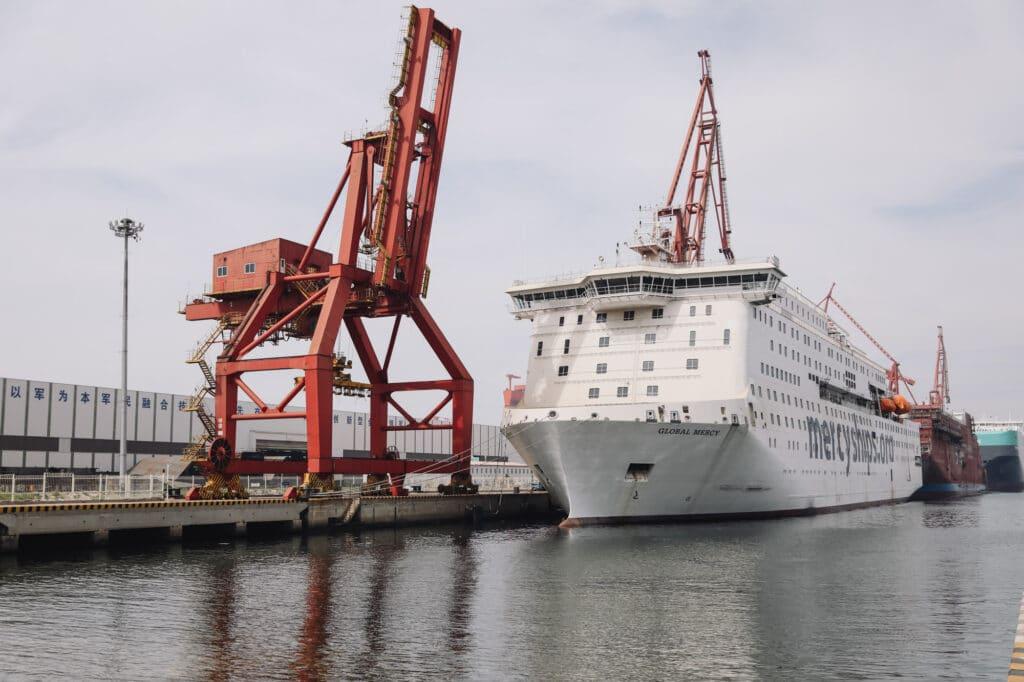 Global Mercy von vorne mit Werftkran