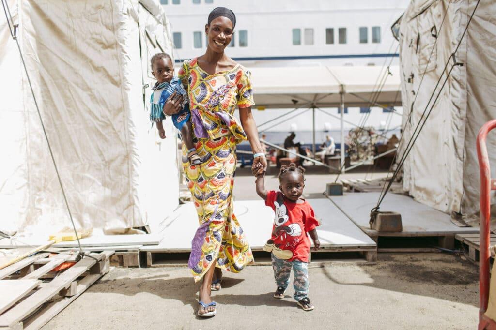 MKG Patientin Fatou geht an der Hand ihrer Mutter