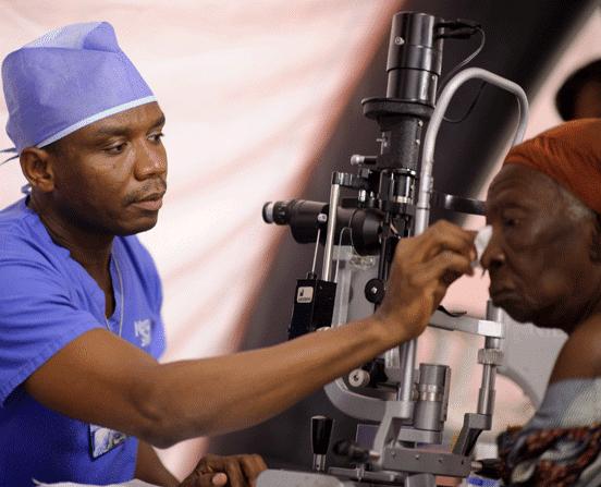 Augenchrirurg Dr. Wodome bei der Operation eines Grauen Star Patienten