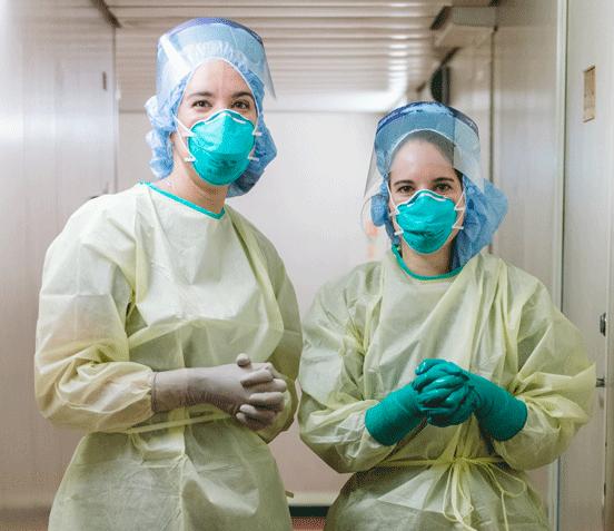 Zwei Krankenschwestern in Schutzausrüstung als Symbolbild für Coronaprävention