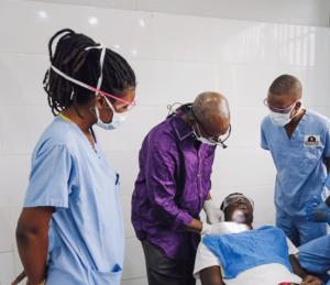 Tumor Patient Ly Cheick bei der Untersuchung durch Professor Diallo