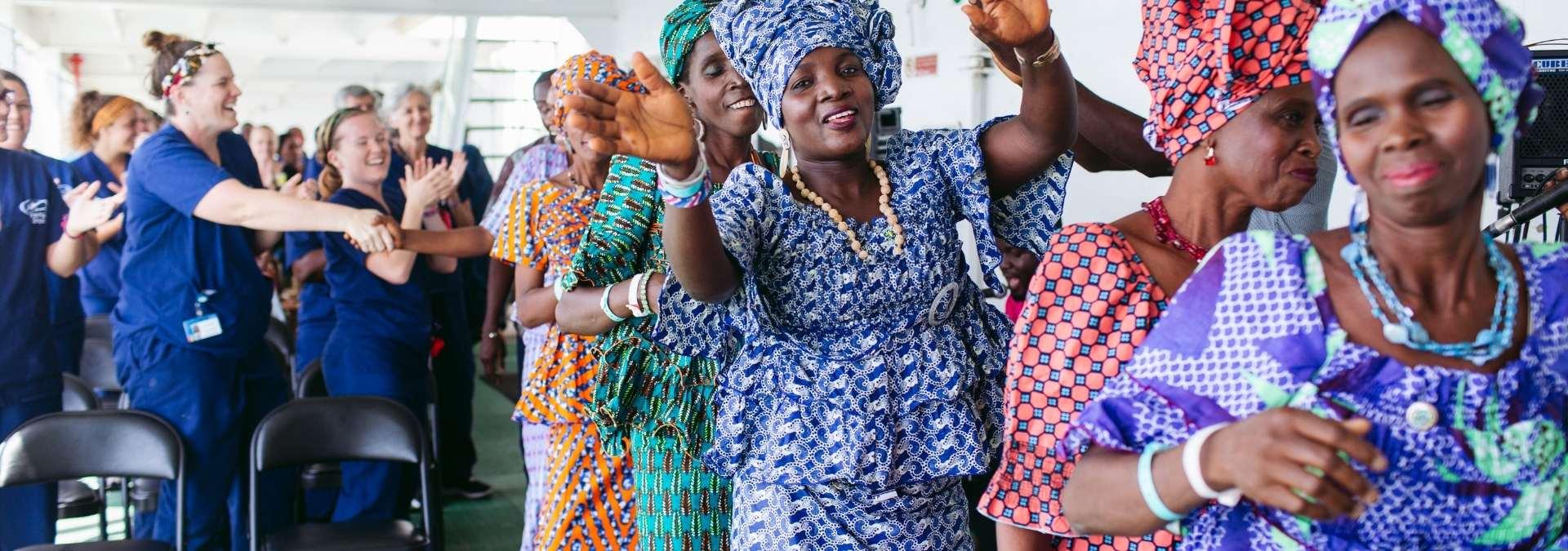 Frauen deren Geburtsfilstel operativ entfernt wurde tanzen auf dem Deck der Africa Mercy